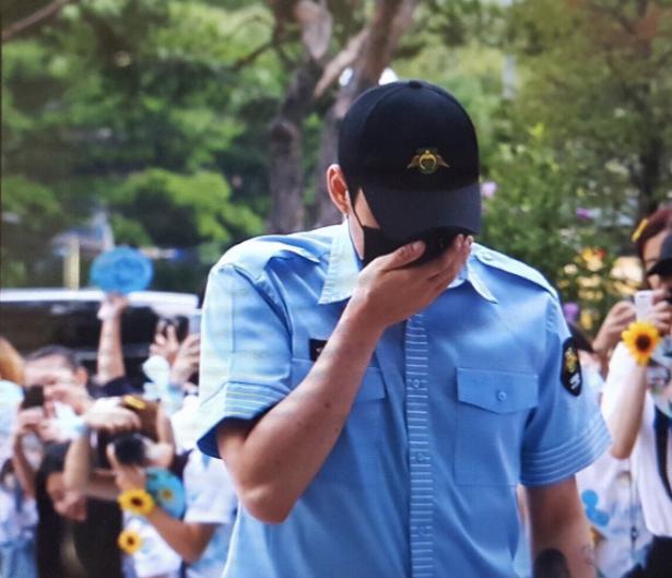 JYJ Park Yoochun kìm nén nước mắt, xăm hình vợ lên tay trong ngày xuất ngũ-1