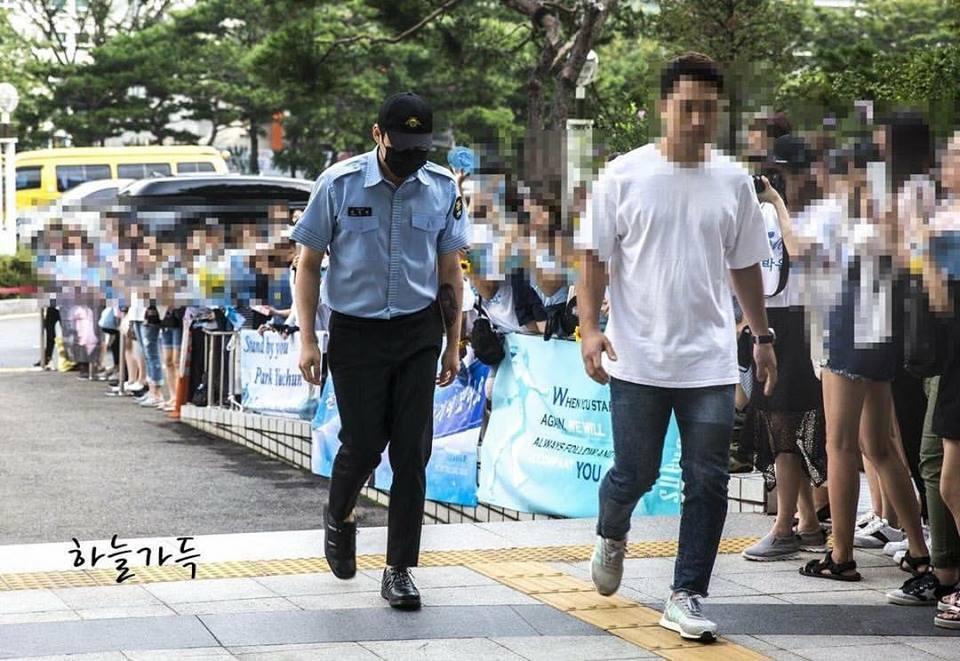 JYJ Park Yoochun kìm nén nước mắt, xăm hình vợ lên tay trong ngày xuất ngũ-2