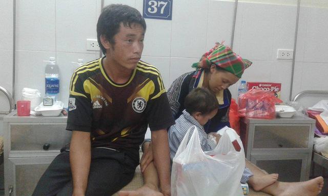 Nhói lòng hình ảnh cậu bé 3 tuổi người Mông vừa bị lũ cuốn mất nhà lại có nguy cơ mù mắt-1