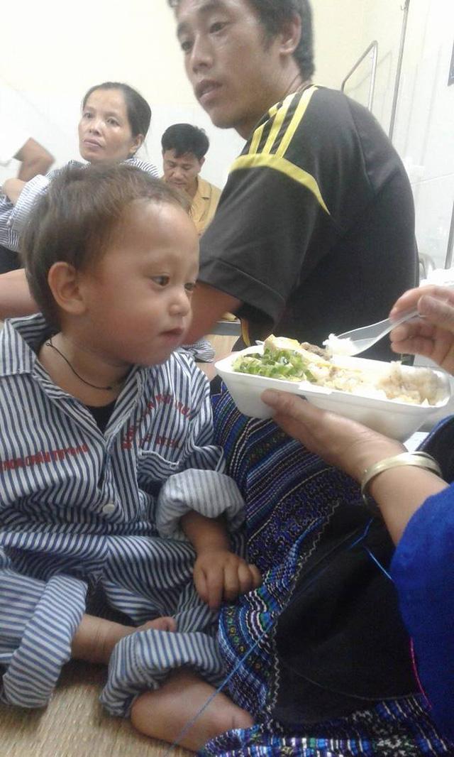 Nhói lòng hình ảnh cậu bé 3 tuổi người Mông vừa bị lũ cuốn mất nhà lại có nguy cơ mù mắt-3