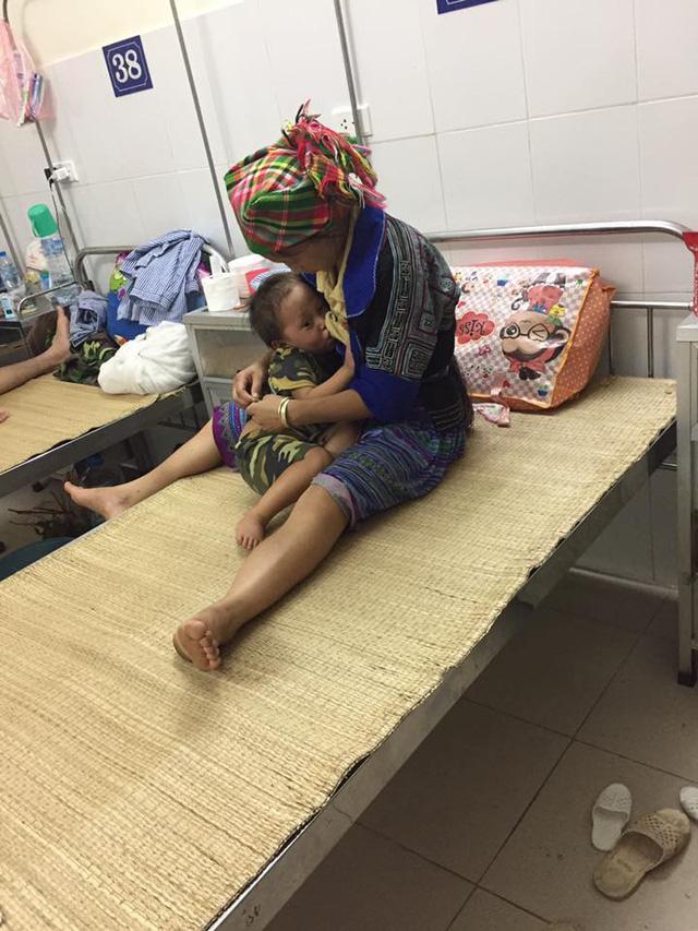 Nhói lòng hình ảnh cậu bé 3 tuổi người Mông vừa bị lũ cuốn mất nhà lại có nguy cơ mù mắt-4