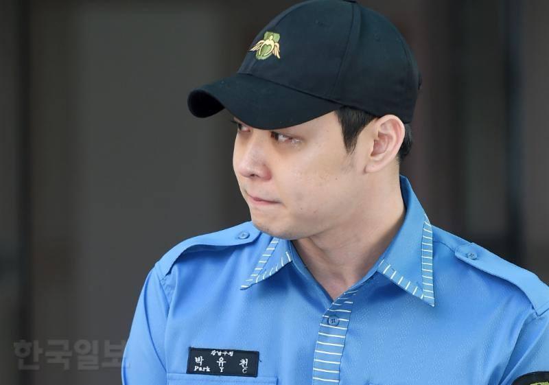 JYJ Park Yoochun kìm nén nước mắt, xăm hình vợ lên tay trong ngày xuất ngũ-4