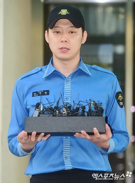 JYJ Park Yoochun kìm nén nước mắt, xăm hình vợ lên tay trong ngày xuất ngũ-5