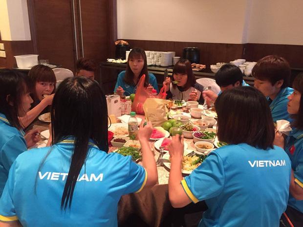 Sự thật phía sau hình ảnh tuyển nữ Việt Nam ăn uống kham khổ ở SEA Games 29-2