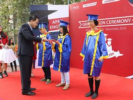 HS Apax English vào vai Tổng thống trong lễ tốt nghiệp