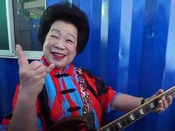 Cụ bà 81 tuổi chơi Rock 'quên lối về' khiến dân tình mê mẩn