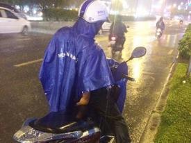 Nghĩa cử đẹp của người đàn ông đứng dưới mưa 40 phút bên nam thanh niên say xỉn ở Sài Gòn