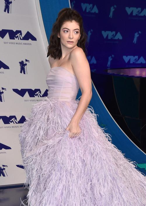 Sao khoe sắc trên thảm đỏ MTV VMAs 2017-11