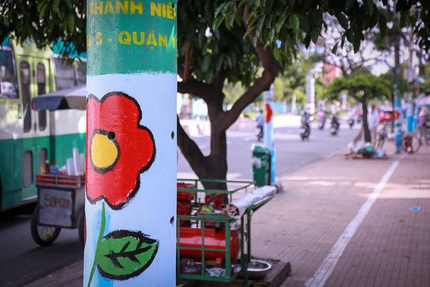 Những cây cột điện được vẽ hoa gây nhiều tranh cãi