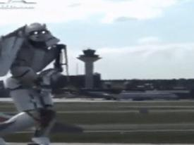 Clip hài: Robot hiện đại nhất thế giới bị 'Tào Tháo đuổi'