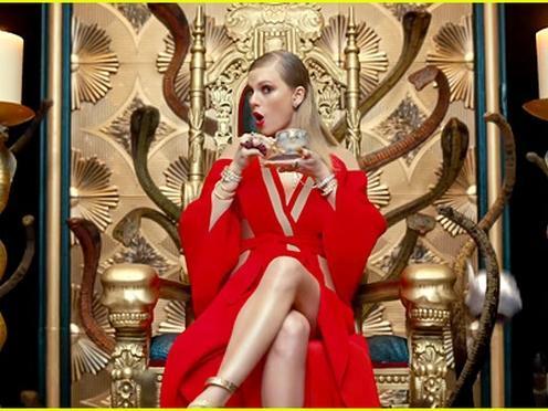 """Clip: """"Look what you made me do"""" của Taylor Swift bị """"soi"""" nhiều đoạn giống bài hát Việt"""