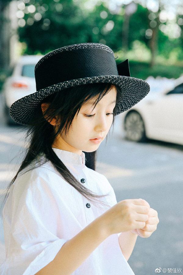 Vẻ đẹp thiên thần của bé gái mới nổi được cho là xinh hơn Hoa khôi nhí Cần Thơ-1