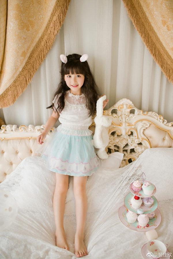 Vẻ đẹp thiên thần của bé gái mới nổi được cho là xinh hơn Hoa khôi nhí Cần Thơ-2