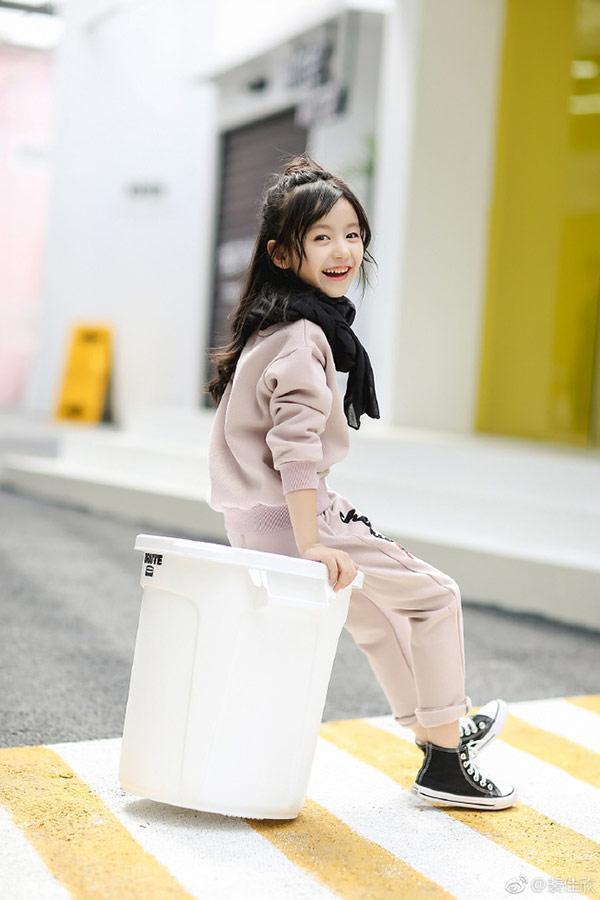 Vẻ đẹp thiên thần của bé gái mới nổi được cho là xinh hơn Hoa khôi nhí Cần Thơ-3