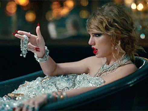 Kim cương chất đầy bồn tắm Taylor Swift trong MV là hàng thật, trị giá tới 220 tỷ đồng!