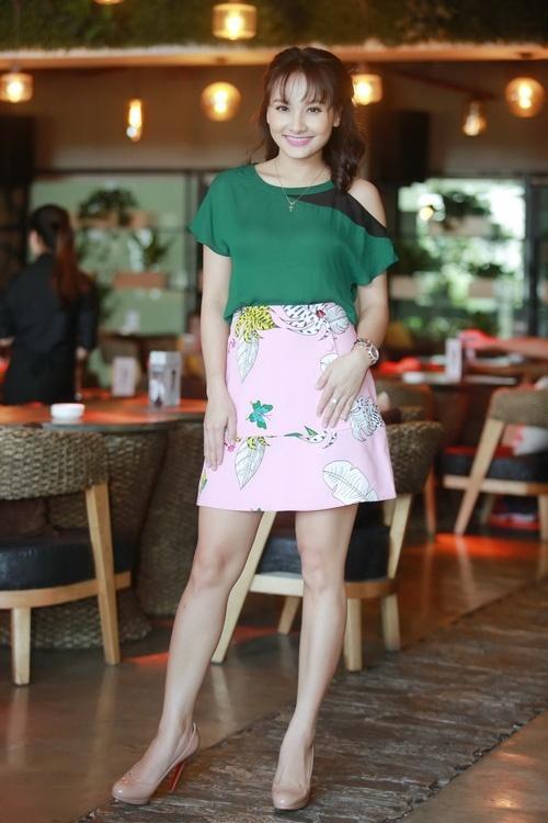 Nàng dâu Bảo Thanh sến sẩm, Vũ Ngọc Anh hở táo bạo lọt top sao mặc xấu tuần này-3