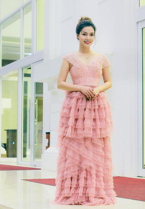 Nàng dâu Bảo Thanh sến sẩm, Vũ Ngọc Anh hở táo bạo lọt top sao mặc xấu tuần này-8