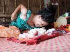 Nhìn cách 'người mẹ điên' chăm sóc con gái sơ sinh 15 ngày tuổi, ai cũng xúc động vì tình mẫu tử