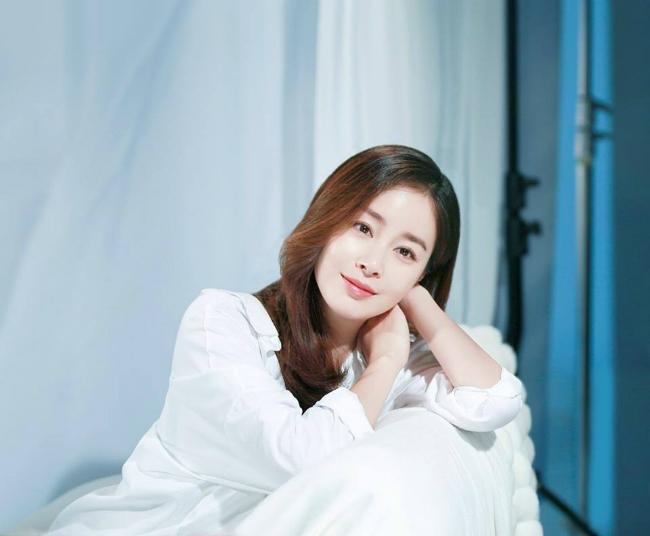 Kim Tae Hee bụng bầu vượt mặt vẫn xinh đẹp rạng ngời-2