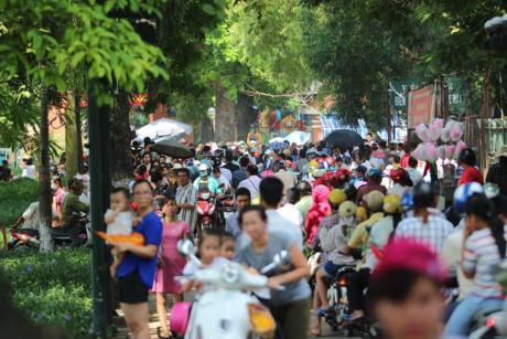 Hàng nghìn người kéo đến vui chơi dịp lễ 2/9, công viên Thủ Lệ thất thủ-1