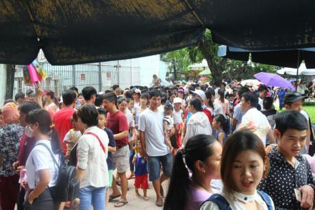 Hàng nghìn người kéo đến vui chơi dịp lễ 2/9, công viên Thủ Lệ thất thủ-2