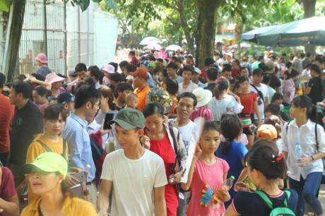 Hàng nghìn người kéo đến vui chơi dịp lễ 2/9, công viên Thủ Lệ thất thủ-3