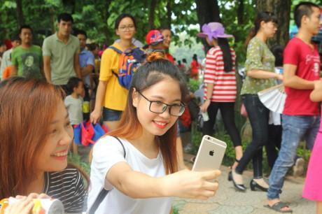 Hàng nghìn người kéo đến vui chơi dịp lễ 2/9, công viên Thủ Lệ thất thủ-4