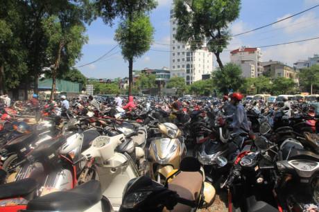 Hàng nghìn người kéo đến vui chơi dịp lễ 2/9, công viên Thủ Lệ thất thủ-5