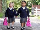 Cặp song sinh khác màu da khiến thầy cô bất ngờ khi đến lớp