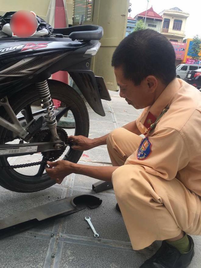 Hành động hiếm thấy của người cảnh sát giao thông khiến ai nấy cũng ấm lòng-1