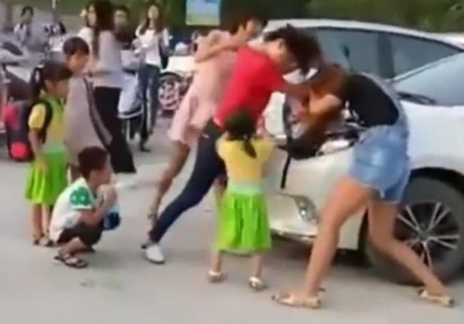 Hai bà mẹ đánh nhau vì tranh chỗ đỗ xe khi đưa con đi nhập học-1