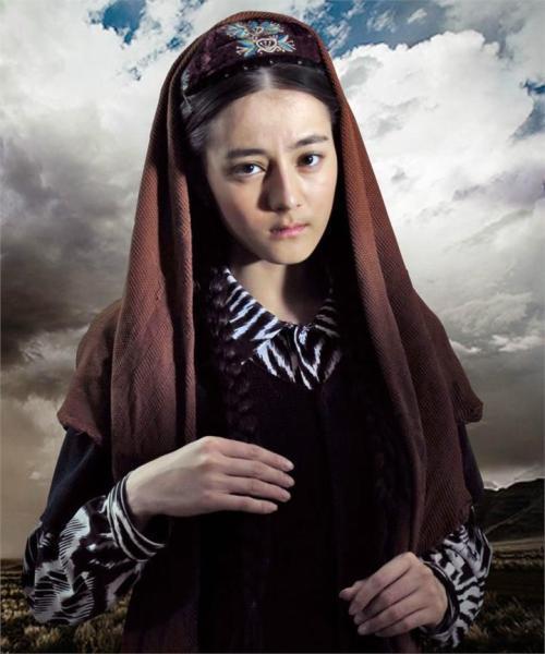 Địch Lệ Nhiệt Ba vẫn đẹp tựa nữ thần bất chấp tạo hình lấm lem bùn đất-2