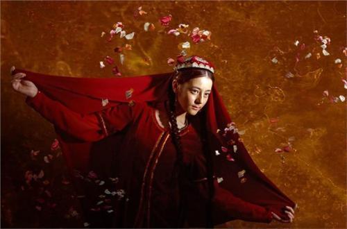 Địch Lệ Nhiệt Ba vẫn đẹp tựa nữ thần bất chấp tạo hình lấm lem bùn đất-3