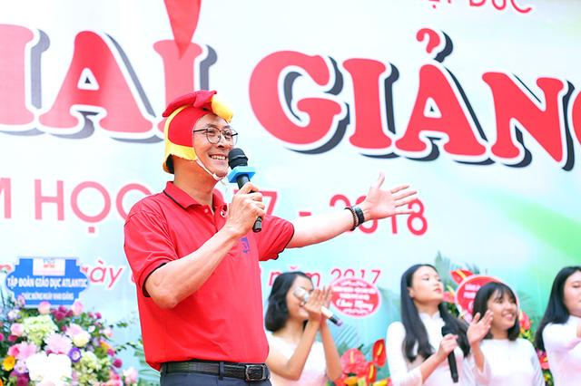 Hiệu trưởng trường Việt Đức hóa gà trống, vui vẻ nhảy múa bên học sinh-1