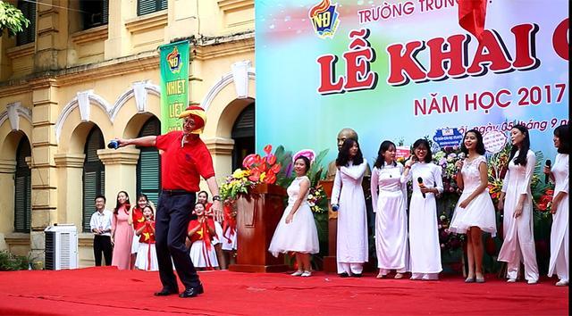 Hiệu trưởng trường Việt Đức hóa gà trống, vui vẻ nhảy múa bên học sinh-2
