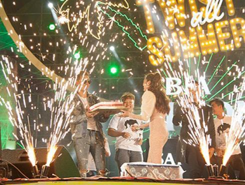 Bảo Anh bất ngờ được chúc mừng sinh nhật trên sân khấu