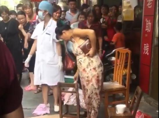 Thai phụ sinh con rơi ngay giữa chợ rồi điềm nhiên bế con và xách giỏ thức ăn về nhà-1
