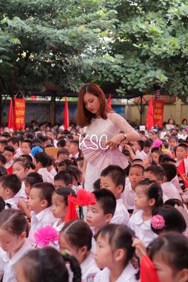 Chân dung cô giáo xinh đẹp hot nhất mạng xã hội trong lễ khai giảng-2