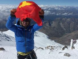 Chàng trai Việt phất cờ Tổ quốc trên nóc nhà châu Âu