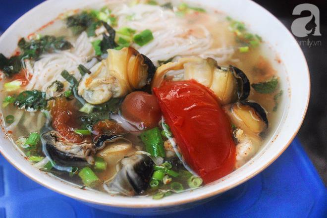 Bún ốc là một trong những món đặc sản mang hương vị dân dã ở Hà Nội