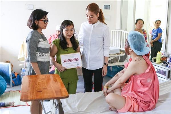Sao Việt bị ném đá không thương tiếc khi làm từ thiện