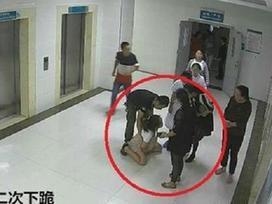 Video: Trước khi nhảy lầu tự tử, sản phụ từng hai lần quỳ xuống để cầu xin gia đình cho sinh mổ