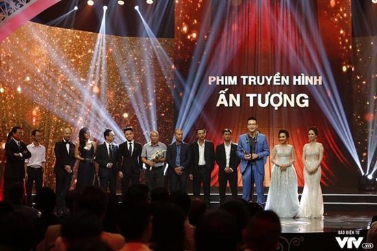 NSND Hoàng Dũng và phim Người phán xử chiến thắng tại VTV Awards 2017-1