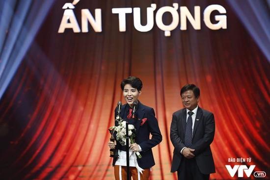 NSND Hoàng Dũng và phim Người phán xử chiến thắng tại VTV Awards 2017-4