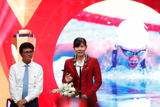 NSND Hoàng Dũng và phim Người phán xử chiến thắng tại VTV Awards 2017-3