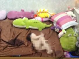 Hà Nội: Mẹ chết lặng khi xem lại camera, con 1 tuổi bị giúp việc đánh 6, 7 trận đòn
