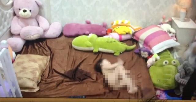 Hà Nội: Mẹ chết lặng khi xem lại camera, con 1 tuổi bị giúp việc đánh 6, 7 trận đòn-1