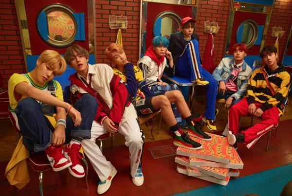 Fan 'hoa cả mắt' trước tạo hình rực rỡ sắc màu của BTS ngày trở lại-1