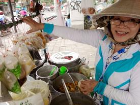 Ngày mát rượi đi ăn chè 22 món, nghe cô Lộc kể chuyện hơn 40 năm bám xe chè để trả ơn Sài Gòn