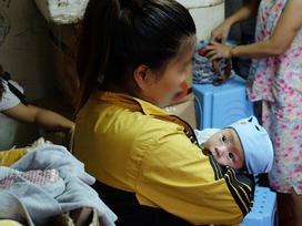 Người mẹ trẻ bỏ rơi con gái 14 ngày tuổi bất ngờ cùng gia đình đến xin nhận lại con lần nữa
